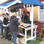 Försäljning – Annika och Laila säljer bl a Bissjöhonung på skördemarknaden
