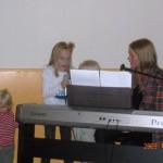 Ibland hjälpte Vilma, Anja och Moa (skymd) till med sång