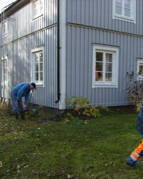 Magnus E och Sören L drar kabel till Bissjön 115 matar medan Erland L och Magnus E drar i andra änden
