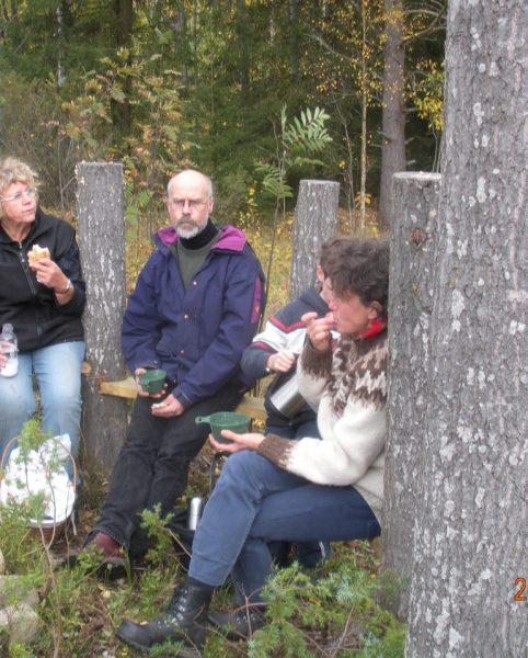 Ann-Britt Demberger, Per Lundgren och Barbro Nilsson-Lundgren tar paus på ett av  konstverken
