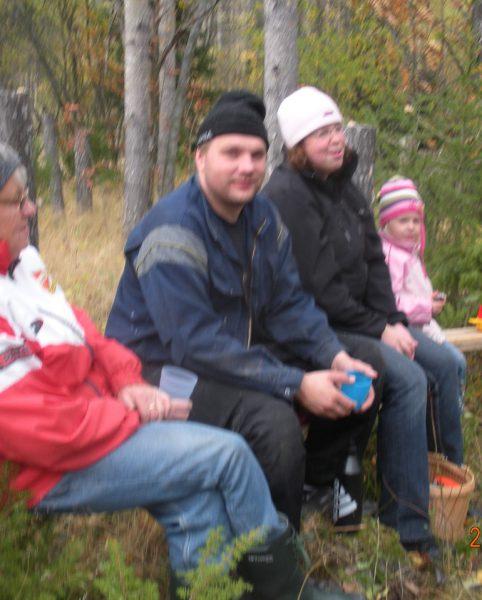 Asta Johansson, Jerry, Maria och Moa Olofsson  under paus på bänkkonst