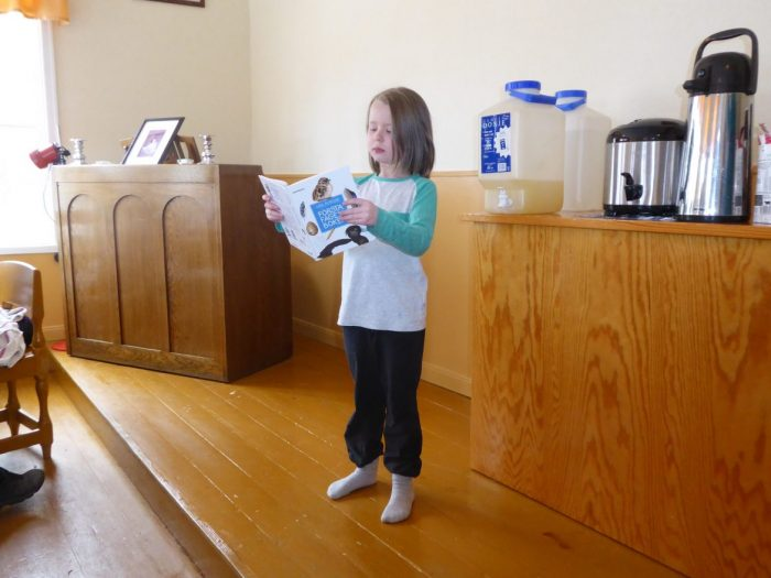 Siri Nilsson läser ur en fågelbok