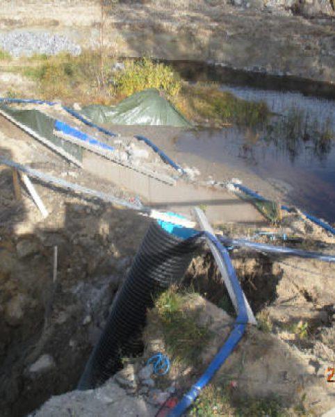 Damm byggd nedströms som säker grund för brofästena