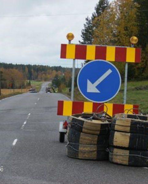 Vid 90-väg kräver bredbandsarbetet ordentlig skyltning och tungt skydd